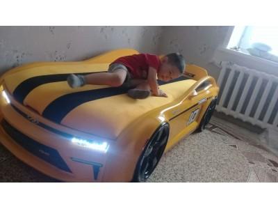 Мальчик, который спит в машине.